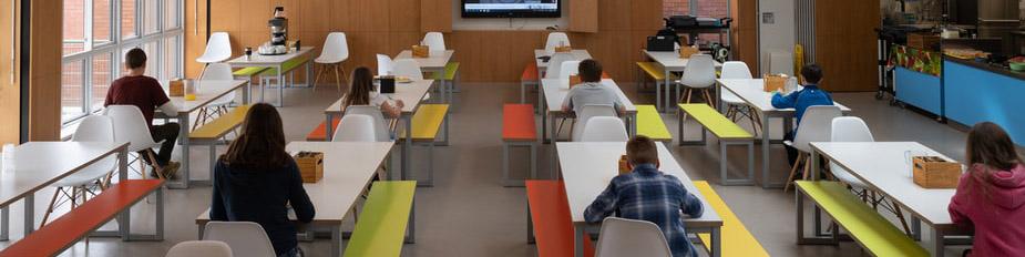 Cafetería y colegio. Fuente: Unsplash