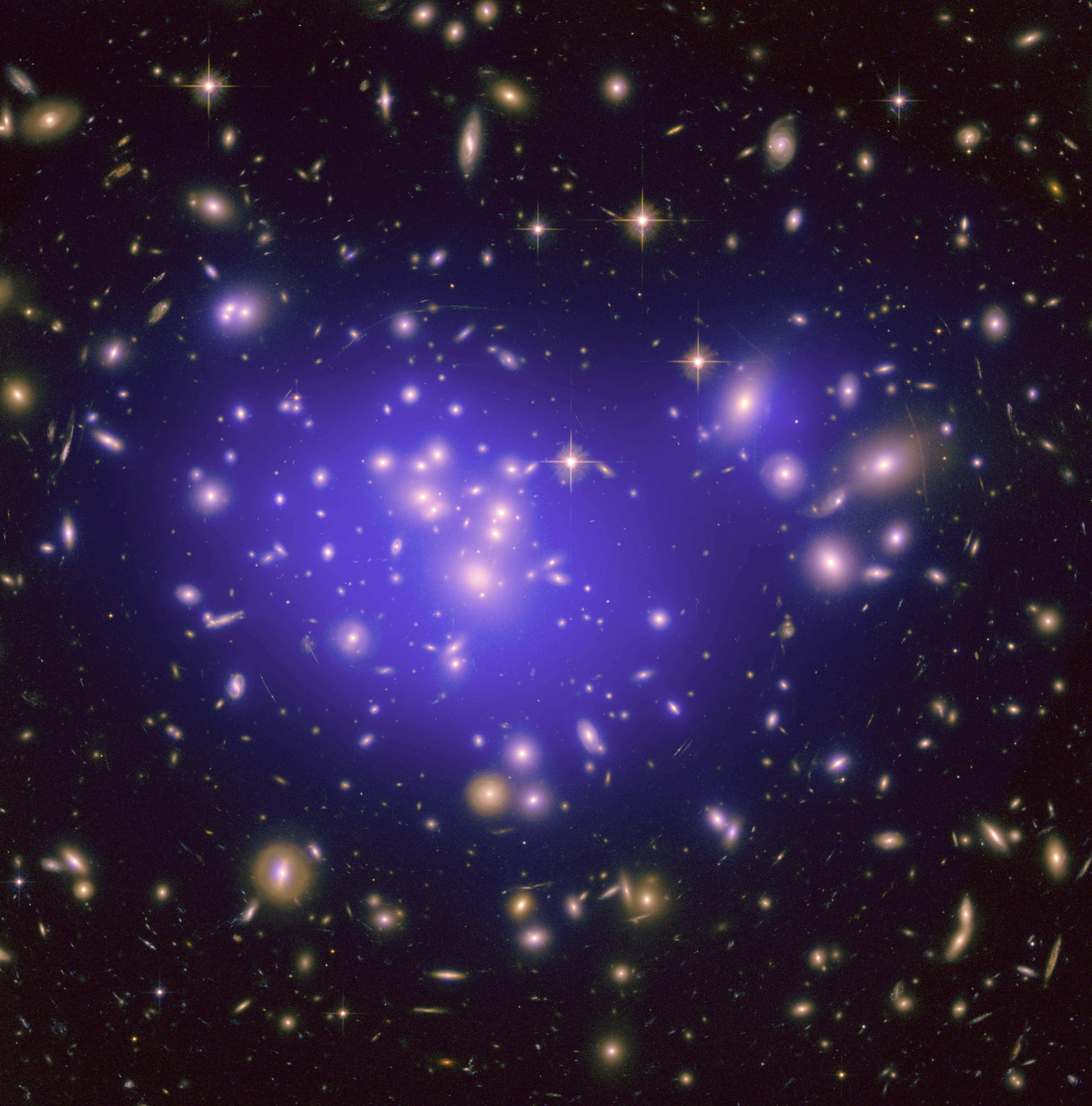 1.Lente gravitacional causada por la materia oscura en el cluster de Abell . Fuente: Wikimedia